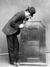El quinetoscopio fue el paso anteiror a las proyecciones en pantalla